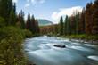 Herbstlicher Flusslauf langzeitbelichtet