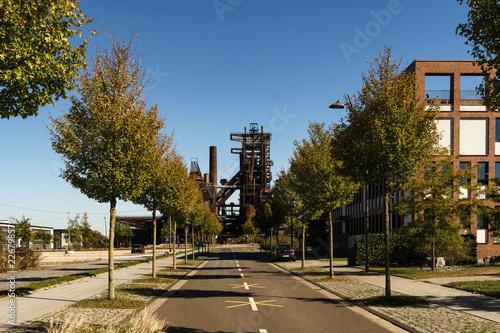 Leinwanddruck Bild neue Straße mit Blick auf alten Hochofen in Dortmund