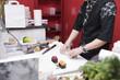 Cocinero cortando rollos de sushi