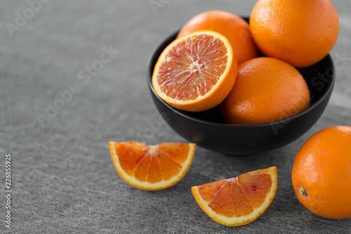 jedzenie, owoce i zdrowe odżywianie koncepcja - bliska świeżych soczystych pomarańczy krwi