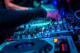 dj mezclando en directo en discoteca musica electronica