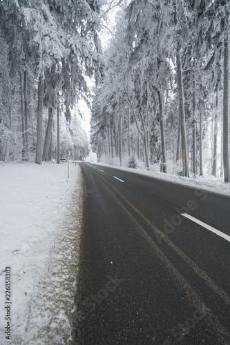 Schwierige Winter Strassen Verhältnis mit nassem Schnee auf der Fahrbahn