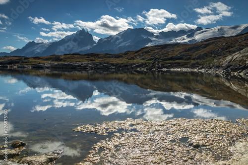 Lac de Montagne face à la Meije dans les Hautes-Alpes , France