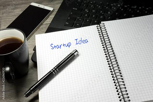Ein Büro, Smartphone, Computer und eine Startup Idee