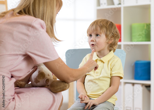Leinwanddruck Bild Cute little boy at speech therapist office