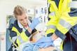 Leinwanddruck Bild - Notarzt macht Wiederbelebung mit Herzdruckmassage