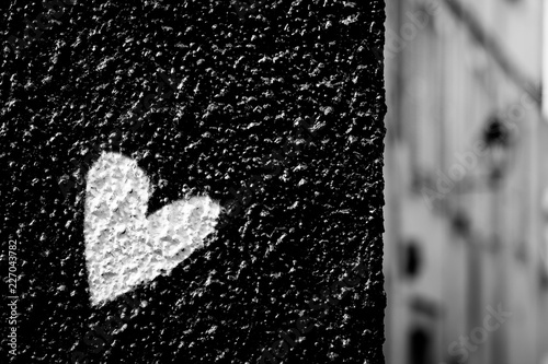 Coeur blanc sur fond noir - 227043782