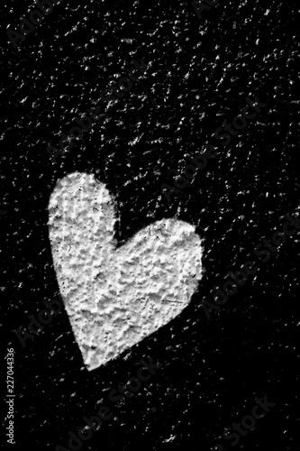 Coeur blanc sur fond noir - 227044336
