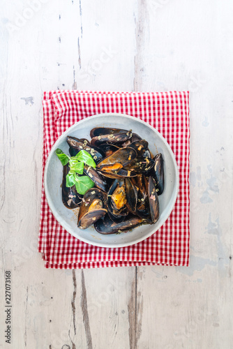 Fototapeta Mussel with white wine sauce on table