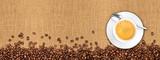 Kaffee jute hintergrund kaffeebohnen und kaffeetasse auf Naturfaser textur / coffee beans and cup on natural burlap texture background