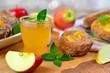 Apfelsaft und Apfelkrapfen - 227108951