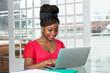 Afrikanische Frau arbeitet am Laptop - 227137542