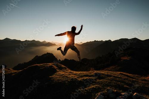Leinwandbild Motiv Trailrunning Summit Jump