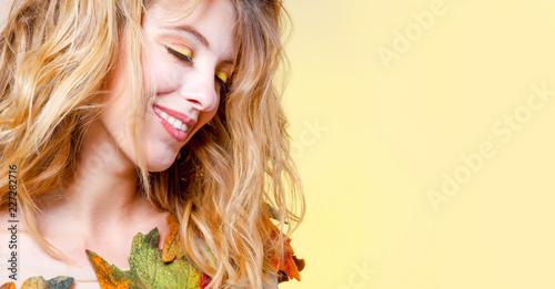 Довольная женщина с кленовыми листьями.