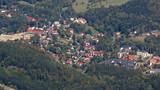 Mała, wiejska polska miejscowość w Karkonoszach, paśmie górskim Sudetów