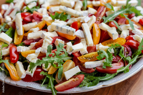 Foto Murales Salad with tomatoes, blue cheese, arugula and sunflower seeds