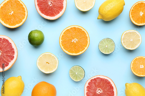 Owoce cytrusowe na niebieskim tle