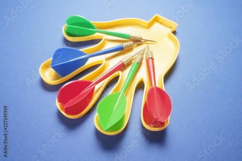 Foto Murales Darts on Plastic Hand
