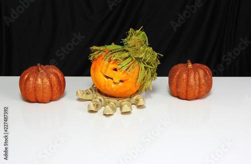 Odosobnione Halloweenowe pomarańczowe banie i zredukowany nadgarstek. Czarno-białe tło. Skopiuj miejsce na tekst.