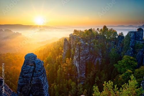 Leinwanddruck Bild Sonnenaufgang auf der Bastei in der Sächsischen Schweiz