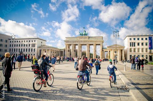 Leinwanddruck Bild City tour by bike