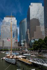 Hafen in New York mit Yacht und Hochhäusern © Christian Horras
