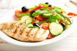 Grilled chicken breast with green and red pepper, cherry tomatoes, lettuce, black olives, cucumber, pink pepper and fresh rosemary. Home made food. Concept for a tasty and healthy meal. Close up. - 227586908