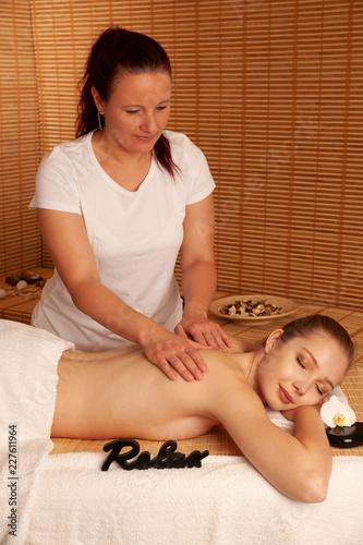 Piękna młoda kobieta o masaż w salonie spa - wellness