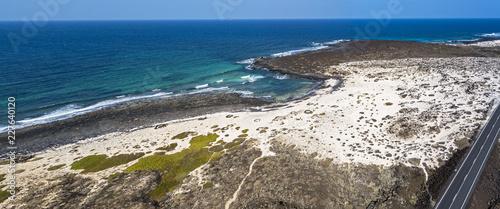 Vista aerea della Caleta del Mojón Blanco, spiaggia di sabbia del deserto e coste frastagliate. Orzola, Lanzarote, Isole Canarie, Spagna, Africa - 227640120