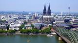 weiter Blick vom Aussichtsturm Triangle in Köln auf Hohenzollernbrücke, Dom und Stadt mit Rhein - 227648955