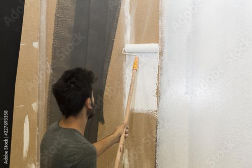 iç mekanda rulo fırça ile duvar boyamak