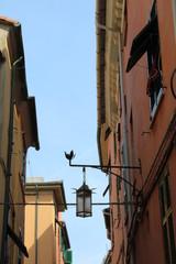 Vicolo antico con cielo azzurro © mauro tombolini