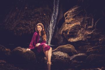 Mädchen am Wasserfall