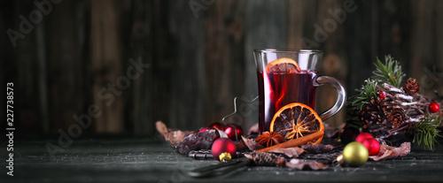 Leinwanddruck Bild leckerer Glühwein im Glas