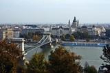Puente de las cadenas, basílica y río Danubio en Budapest.