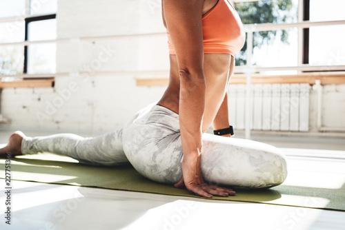 Sprawności fizycznej kobieta robi sporta treningowi ćwiczy w pogodnym gym. Smukły trening sportsmenki dla utrzymania doskonałego ciała