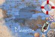 """Maritime Dekoration auf blauem Holzuntergrund mit Umriß der Insel Menorca und Beschriftung """"Menorca"""""""