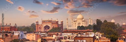 Foto Murales Panorama of Taj Mahal view over roofs of Agra