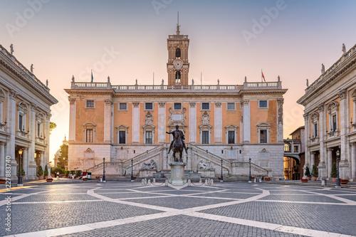 Wschód słońca przy Capitol w Rzym, Włochy. Piazza del Campidoglio w Kapitolińskim wzgórzu, Rzym, Włochy.