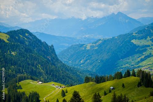 Lato krajobraz zieleni wzgórza górska wioska w Szwajcaria