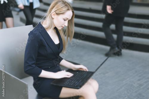 Młody bizneswoman pracuje przy laptopem. Selektywna ostrość.