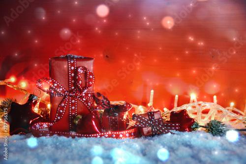 Leinwanddruck Bild Weihnachtsgeschenke - kleine Päckchen liebevoll verpackt - Weihnachtshintergrund mit Textfreiraum