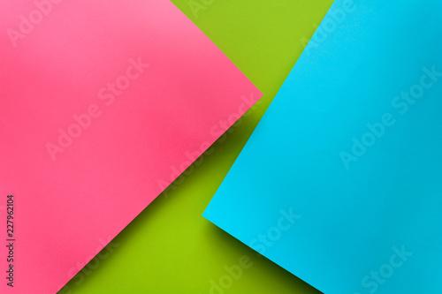 Niebieskie, zielone i różowe pastelowe kolorowe tło papieru. Objętość geometryczna płasko układana. Widok z góry. Skopiuj miejsce