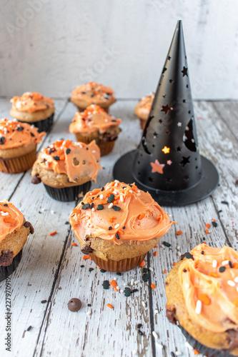 Pomarańczowe i czarne dyniowe babeczki z Halloween kropią
