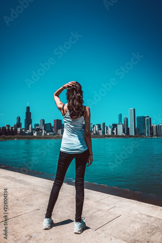 Foto Murales Fit woman standing against cityscape of Chicago