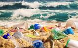 Strand voller Plastikmüll