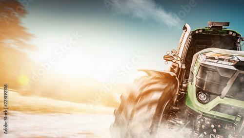 Traktor fährt auf Feldweg in hoher Geschwindigkeit - 228192106