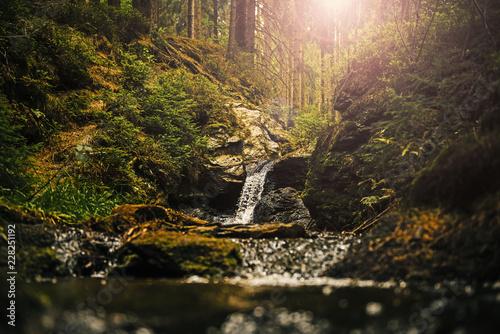 Wasserfall im Gegenlicht - 228251192