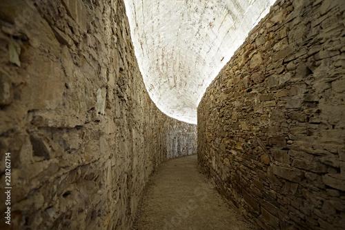 Historischer leerer gebogener Gang Tunnel Mauer