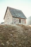 Chapelle et chien coucher de soleil alpes village